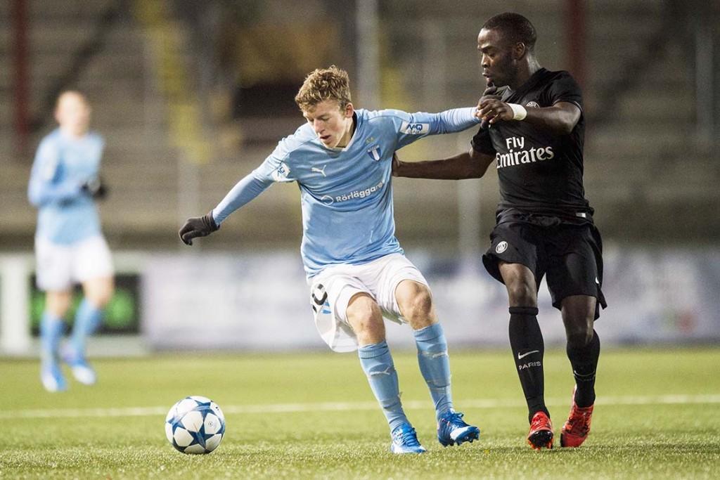 MFFs Teddy Bergqvist mot PSG:s Roli Pereira De Sa under fotbollsmatchen i UEFA Youth League  Foto: Bildbyrån