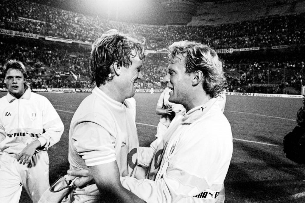 Leif Engqvist och Håkan Lindman jublar efter bortamatchen mot Inter 1989. Foto: Bildbyrån