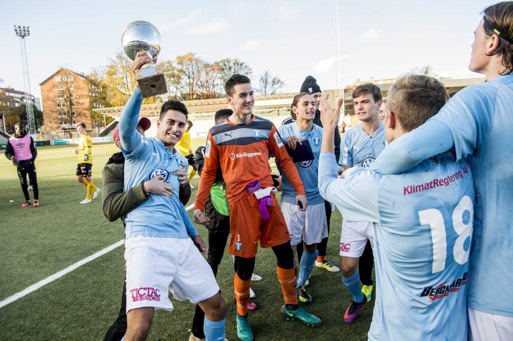 161029 Malmšs Isak Redzic jublar med lagkamraterna efter vinsten med 3-0 i U19 SM-finalen i fotboll mellan Malmš FF och Elfsborg den 29 oktober 2016 i Malmš. Foto: Christian …rnberg / BILDBYRN / Cop 166