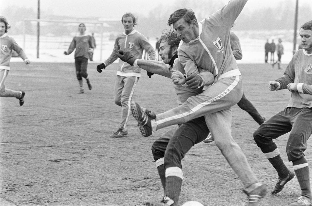 740220 Fotboll, trŠningsmatch, HŠssleholms IF - Malmš FF: Kjell-Erik Nilsson, HŠssleholm och Bo Larsson, Malmš i kamp om bollen. © BildbyrŒn - 1076
