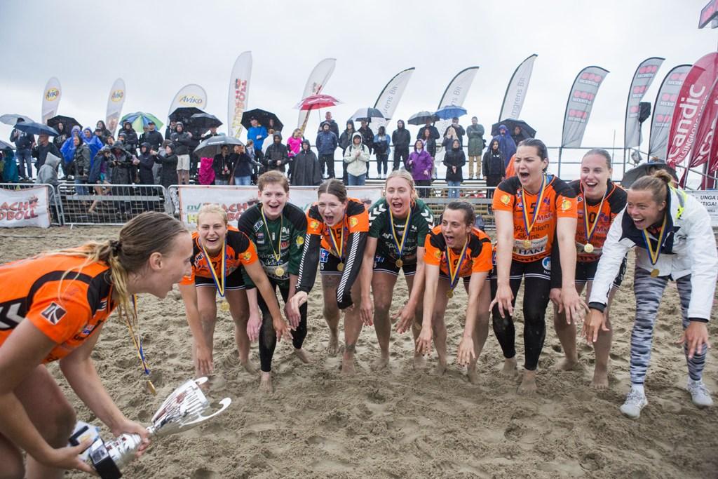 Photo of KHK & Caroline Månsson trivs i sanden