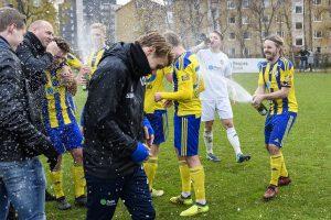 171104 Eskilsminnes spelare jublar efter en kvalmatch till divison 1 i fotboll mellan Eskilsminne och Lunds BK den 4 november 2017 i Helsingborg . Foto: Anders Bjurš / BILDBYRN / Cop 145