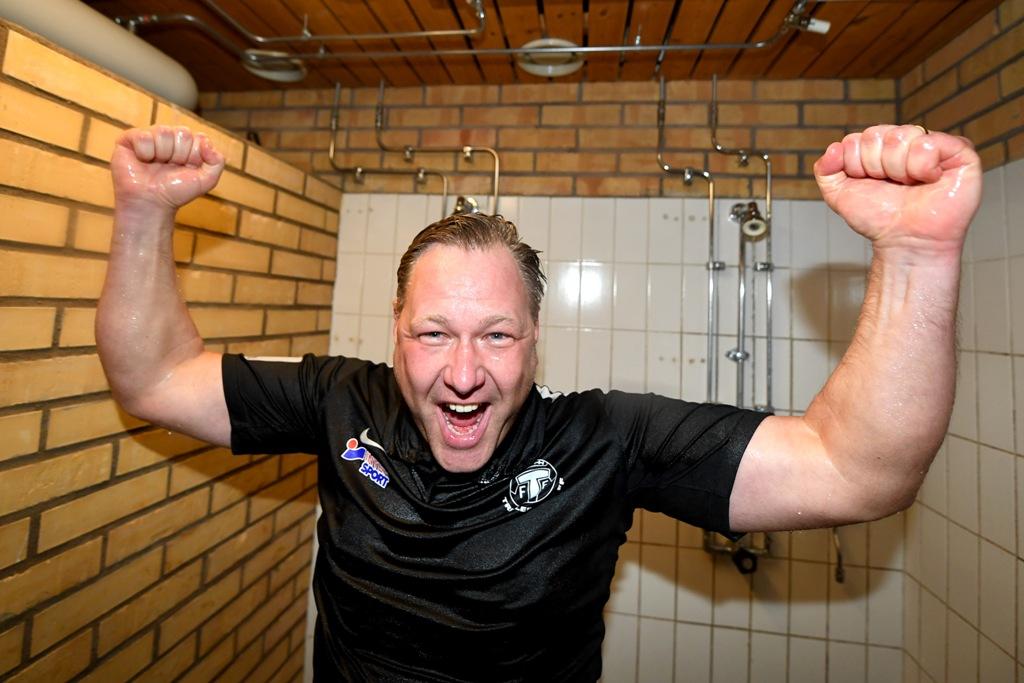 """Photo of TFF:s tränare efter kvalsuccén: """"Oerhört stolt"""""""