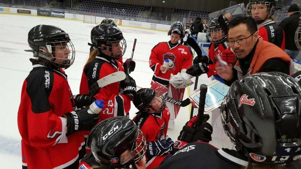 Photo of Redhawks startar hockeygymnasium för tjejer