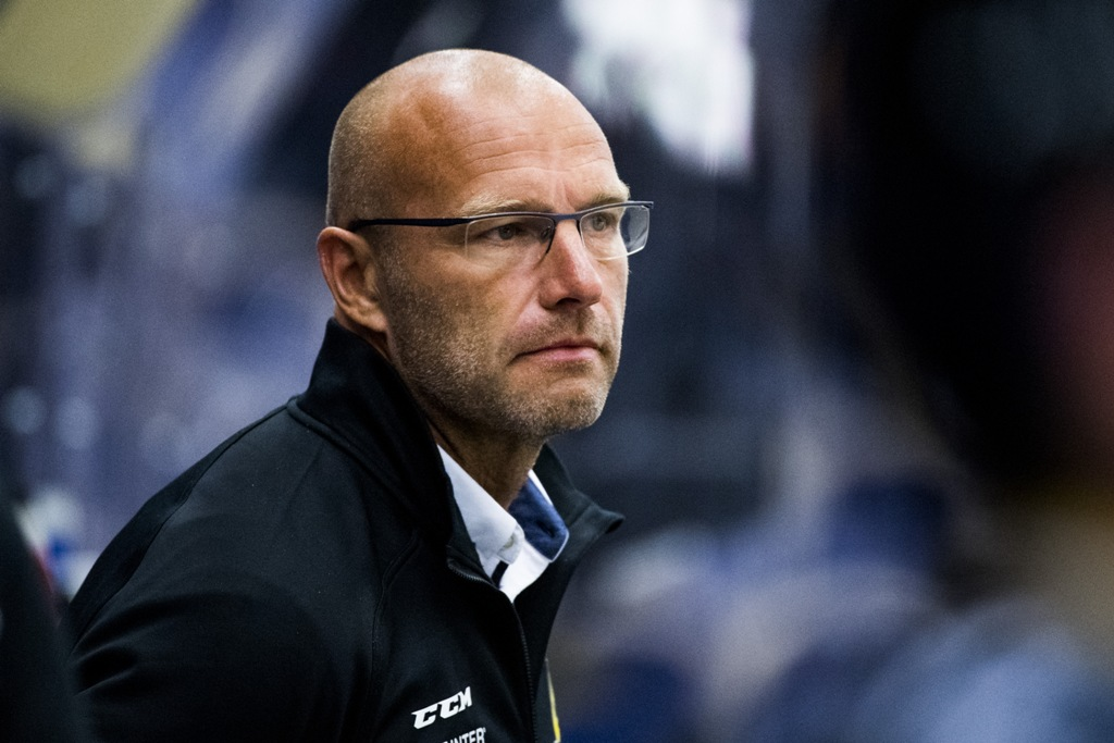 Photo of Hallberg huvudtränare i båset i Pantern säsongen ut