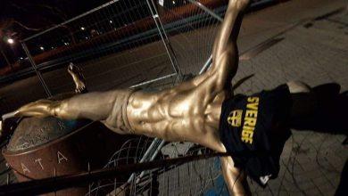 Photo of Zlatan-statyn avsågad och vält