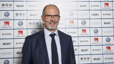 Photo of Lars-Christer Olsson lämnar fotbollen